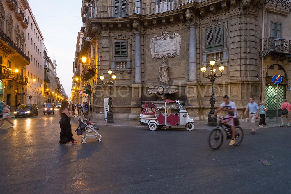 """The historic center of Palermo is devoid of true big squares, a relatively wide place, among other things in Baroque style, the Quattro Canti, which ideally divide the city into four areas, is a passage that everyone knows, so """" let's see at the quattro canti """"is normal for the Palermitans"""