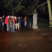 Overlijden prins Bernhard, mensen aan het hek van paleis soestdijk, publieke belangstelling