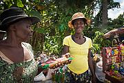 Haïti, Département du Sud, Maniche. À la suite du passage de l'ouragan Matthew en octobre 2016, des centaines de femmes ont bénéficié de subventions financières pour la reprise de leurs activités économiques (essentiellement des petits commerces) et ont bénéficié d'une formation en gestion financière pour renforcer leurs capacités.
