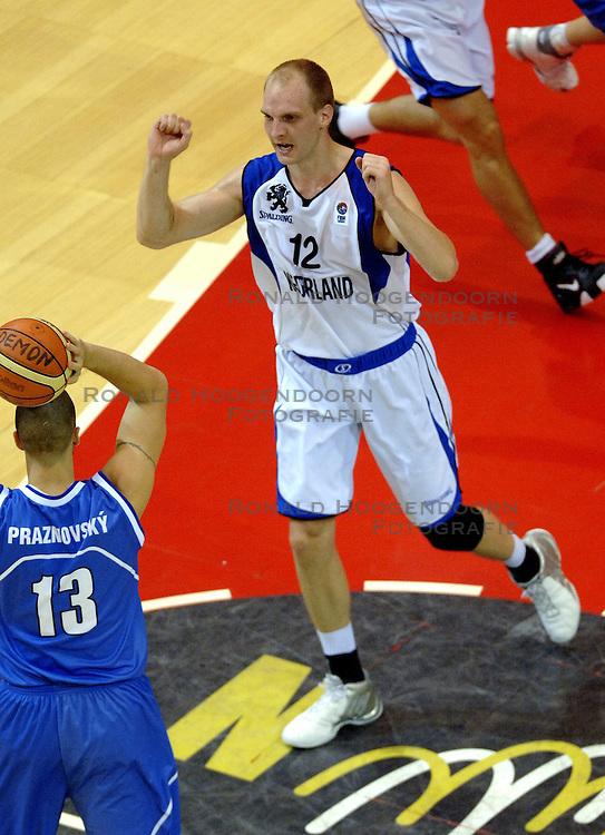 06-09-2006 BASKETBAL: NEDERLAND - SLOWAKIJE: GRONINGEN<br /> De basketballers hebben ook de tweede wedstrijd in de kwalificatiereeks voor het Europees kampioenschap in winst omgezet. In Groningen werd een overwinning geboekt op Slowakije: 71-63 / Peter van Paassen<br /> &copy;2006-WWW.FOTOHOOGENDOORN.NL