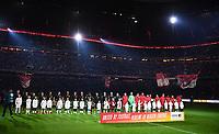 Fussball  DFB Pokal  Achtelfinale  2017/2018   FC Bayern Muenchen - Borussia Dortmund        20.12.2017 Die Mannschaften nehmen während der  Licht-Show