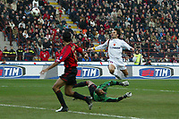 Milano 7/11/2004 Campionato Italiano Serie A <br /> <br /> L'azione del gol di Vincenzo Montella. Sul pallonetto a Dida la palla prenderà la traversa. Montella prenderà la ribattuta e segnerà il gol del pareggio.<br /> <br /> Vincenzo Montella lob the ball and hits the crossbar. Then, when the ball returns he will scores goal of 1-1<br /> <br /> Milan Roma 1-1<br /> <br /> Foto Andrea Staccioli Graffiti