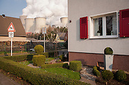 DEU, Germany, North Rhine-Westphalia, the brown coal power station Niederaussem near Bergheim, houses in the district Auenheim. - <br /> <br /> DEU, Deutschland, Nordrhein-Westfalen, das Braunkohlekraftwerk Niederaussem bei Bergheim, Haeuser im Stadtteil Auenheim.
