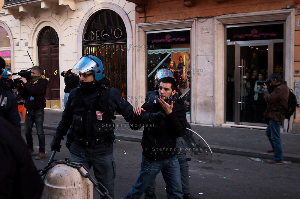 Roma 14 Dicembre 2010.<br /> Manifestazione contro il Governo Berlusconi. La polizia ferma un manifestante in via del Corso.<br /> Rome December 14, 2010.<br /> Demonstration against the Berlusconi government.