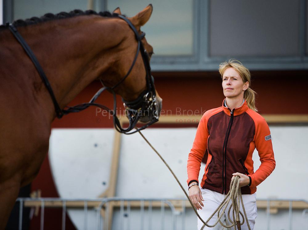 Anky van Grunsven aan het longeren even voor haar show in Martiniplaza (paard en passie). foto: Pepijn van den Broeke