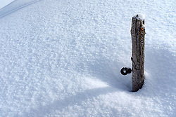 THEMENBILD - Pfahl eines Weidezaun ragt aus der Schneedecke. Kals am Großglockner, Österreich am Dienstag, 6. März 2018 // Pillar of a wicker fence sticks out of the snow. Tuesday, March 6, 2018 in Kals am Grossglockner, Austria. EXPA Pictures © 2018, PhotoCredit: EXPA/ Johann Groder