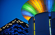 Nederland, Nijmegen, 13-12-2008Het gebouw FiftyTwoDegrees, 52 degrees, van NXP. In het gebouw van Mecano architecten zijn kennisbedrijven uit de regio gehuisvest die samenwerken met NXP. Het electronica bedrijf maakt halfgeleiders, chips, en software voor mobiele communicatie,consumenten electronica en veiligheids toepassingen. Het bedrijf heeft te leiden onder de kredietcrisis en de recessie die daarop volgt, en gaat drastisch reorganiseren waarbij 1300 ontslagen vallen. NXP Building in the Netherlands, NXP Semiconductors supplies semiconductors and software for mobile communications, consumer electronics and security applications.Foto: Flip Franssen/Hollandse Hoogte