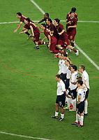 Elfmeterschiessen Jubel Portugal und Enttaeuschung England<br /> Fussball WM 2006 Viertelfinale England - Portugal 1:3 i.E.<br /> <br />  Norway only