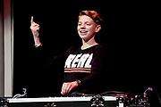 Uitreiking Méér Muziek in de Klas  Award Beste Ringtone door Wibi Soerjadi in het concertgebouw in Amsterdam. De kinderen componeerden zelf een ringtone die door een speciaal ensemble van het Metropole Orkest in het Concertgebouw zal worden gespeeld.<br /> <br /> Op de foto:  DJ Pieter Gabriel
