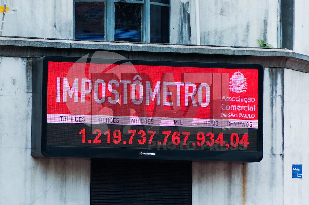 SÃO PAULO-SP-30,09,2014-IMPOSTÔMETRO- O Impostômetro chega a marca de 1 trilhão e 200 Bilhões.Na tarde dessa Terça-Feira,30. Região Central da cidade de São Paulo.(Foto:Kevin David/Brazil Photo Press)
