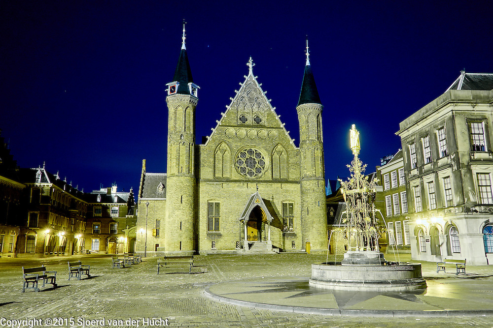 Avondopname van Het Binnenhof met de Ridderzaal, het centrum van de Nederlandse politiek in het centrum van Den Haag - Het Binnenhof with the Ridderzaal in The Hague by night. The Binnenhof is the center of Dutch politics. It houses the meeting place of both houses of the States General of the Netherlands, as well as the Ministry of General Affairs and the office of the Prime Minister of the Netherlands, The Hague, The Netherland