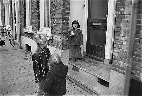 Nederland, Nijmegen, 10-10-1980Serie beelden over het wonen en sociale woningbouw in verschillende wijken van de stad.Beeld van de wijk Bottendaal waar een fabriek, zeepfabriek, dobbelman, stond en waar veel eerste generatie gastarbeiders woonden.In het kader van stadsvernieuwing en renovatie van buurten gemaakt.FOTO: FLIP FRANSSEN/ HH