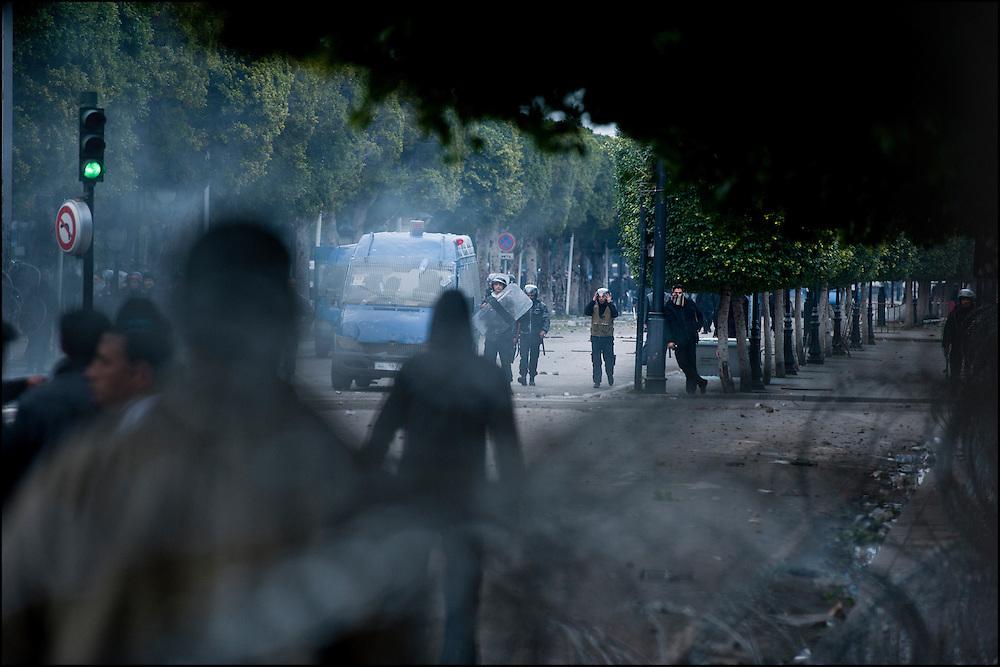 Les manifestants affrontent les forces de Police avenue Habib Bourguiba dans le centre de Tunis. // Des affrontements entre la police et les manifestants ont éclaté dans le centre de Tunis, notamment avenue Habib Bourguiba, faisant (selon Associated Press) 3 morts (prétendument par balle) et 12 blessés parmi les manifestants, Tunis le 26 février 2011.