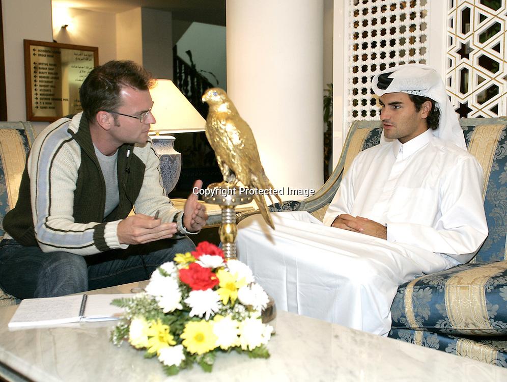 Qatar, Doha, ATP Tennis Turnier Qatar Open 2005, Roger Federer (SUI) in arabischer Kleidung gibt Interview im <br /> Al-Dana Club, 08.01.2005,,<br /> Foto: Juergen Hasenkopf