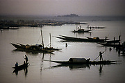 Moptì, city at the confluence of the Niger and the Bani. Fishermen at sunset near the harbour on the river.