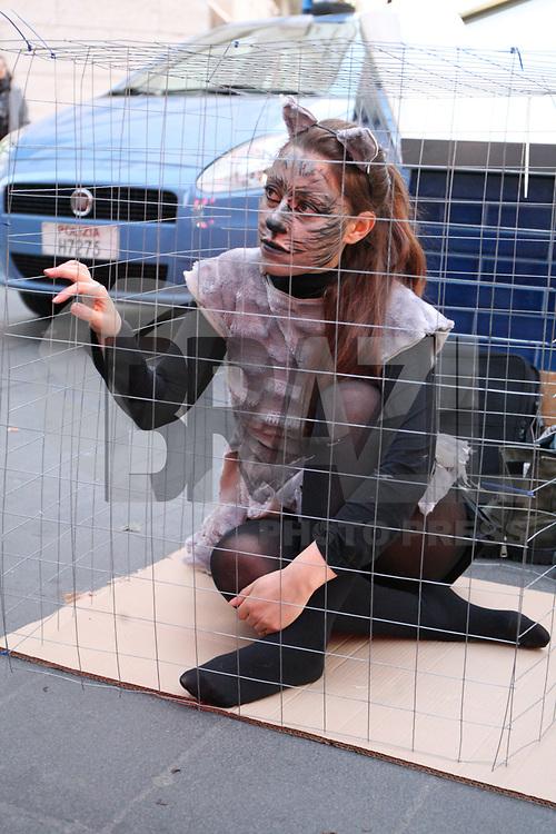 NAPOLI, ITALIA, 13.01.2018 - PROTESTO-ITALIA - Ativistas realizam ato contra cruedade dos Animais na cidade de Napolis na Italia, neste sabado, 13. (Foto: Savaori Esposito/Brazil Photo Press)