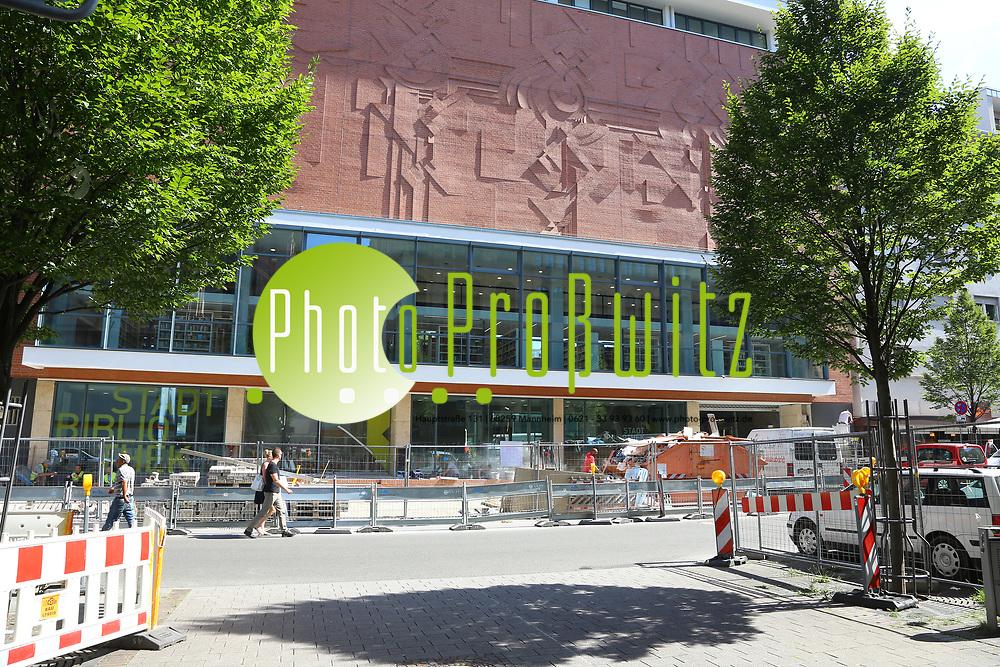 Ludwigshafen. 23.08.17 | Stadtbibliothek er&ouml;ffnet nach Sanierung<br /> Innenstadt. Stadtbibliothek. Nach Jahrelanger Sanierung, er&ouml;ffnet die B&uuml;cherei ihre Pforten. Begehung vor der Wiederer&ouml;ffnung.<br /> <br /> <br /> BILD- ID 0503 |<br /> Bild: Markus Prosswitz 23AUG17 / masterpress (Bild ist honorarpflichtig - No Model Release!)
