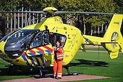 Nederland, Nijmegen, 9-10-2008 De traumahelikopter van de acute zorgregio oost heeft zojuist een patient naar het traumacentrum, seh, van het UMC St Radboud gebracht. Dev vrouwlijke piloot stapt uit.Foto: Flip Franssen