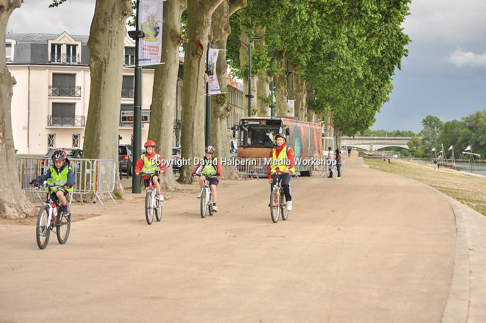 Cyclists on Quai du Chatelet