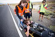 Calvin Moes komt aan na de eerste avondrun. In Battle Mountain (Nevada) wordt ieder jaar de World Human Powered Speed Challenge gehouden. Tijdens deze wedstrijd wordt geprobeerd zo hard mogelijk te fietsen op pure menskracht. Het huidige record staat sinds 2015 op naam van de Canadees Todd Reichert die 139,45 km/h reed. De deelnemers bestaan zowel uit teams van universiteiten als uit hobbyisten. Met de gestroomlijnde fietsen willen ze laten zien wat mogelijk is met menskracht. De speciale ligfietsen kunnen gezien worden als de Formule 1 van het fietsen. De kennis die wordt opgedaan wordt ook gebruikt om duurzaam vervoer verder te ontwikkelen.<br /> <br /> In Battle Mountain (Nevada) each year the World Human Powered Speed Challenge is held. During this race they try to ride on pure manpower as hard as possible. Since 2015 the Canadian Todd Reichert is record holder with a speed of 136,45 km/h. The participants consist of both teams from universities and from hobbyists. With the sleek bikes they want to show what is possible with human power. The special recumbent bicycles can be seen as the Formula 1 of the bicycle. The knowledge gained is also used to develop sustainable transport.