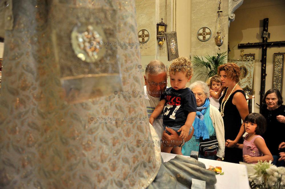 """Roma 27 Luglio 2009..Venerabile Arciconfraternita  del SS.mo Sacramento e di Maria Ss. del Carmine in Trastevere a Roma fondata nell' anno 1539. I Solenni Festeggiamenti e la processione  in onore della Madonna Fiumarola.I fedeli rendono omaggio alla Madonna del Carmine detta """"de' Noantri"""" nella Chiesa di Sant' Agata.The Solemn Celebrations and processions in honor of  Madonna del Carmine, called """"de 'Noantri"""". The devotees pay tribute to the Madonna del Carmine, called """"de 'Noantri"""" in the Church of Sant 'Agata.http://www.arciconfraternitadelcarmine.it.http://eternallycool.net/?p=285"""