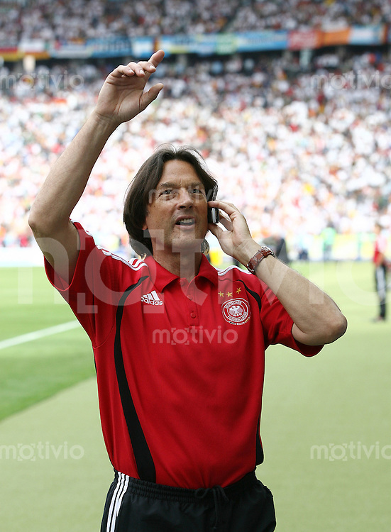 Fussball WM 2006  Viertelfinale   Deutschland 4-2 Argentinien Mannschaftsarzt Dr. Hans Wilhelm Moeller Wohlfahrt mit Handy