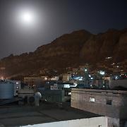 Vue des montagnes du cratère d'Aden réalisée le 13 juin 2017 depuis le quartier de Ma'ala.