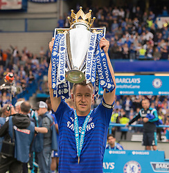 Chelsea's John Terry lifts the trophy. - Photo mandatory by-line: Alex James/JMP - Mobile: 07966 386802 - 24/05/2015 - SPORT - Football - London - Stamford Bridge - Chelsea v Sunderland - Barclays Premier League