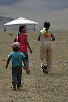 Tre mongolske barn på vei hjem, three mongolian children on their way home