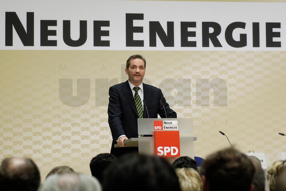 06 MAR 2006, BERLIN/GERMANY:<br /> Matthias Platzeck, SPD Parteivorsitzender, haelt eine Rede, waehrend der SPD Konferenz zum Thema &quot;Neue Energie&quot;, Willy-Brandt-Haus<br /> IMAGE: 20060306-02-035<br /> KEYWORDS: speech