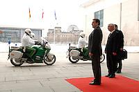 08 MAR 2005, BERLIN/GERMANY:<br /> Gerhard Schroeder, SPD, Bundeskanzler, wartet auf dem  roten Teppich auf einen Gast, Ehrenhof, Bundeskanzlerkanzleramt<br /> IMAGE: 20050308-01-006<br /> KEYWORDS: Gerhard Schröder, auf dem Weg, Reichstag, Motorrad, Escorte, Polizei