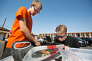 Het Human Power Team Delft en Amsterdam is aangekomen in Battle Mountain en begint met de voorbereidingen. In Battle Mountain (Nevada) wordt ieder jaar de World Human Powered Speed Challenge gehouden. Tijdens deze wedstrijd wordt geprobeerd zo hard mogelijk te fietsen op pure menskracht. Ze halen snelheden tot 133 km/h. De deelnemers bestaan zowel uit teams van universiteiten als uit hobbyisten. Met de gestroomlijnde fietsen willen ze laten zien wat mogelijk is met menskracht. De speciale ligfietsen kunnen gezien worden als de Formule 1 van het fietsen. De kennis die wordt opgedaan wordt ook gebruikt om duurzaam vervoer verder te ontwikkelen.<br /> <br /> The Human Power Team Delft and Amsterdam has arrived in Battle Mountain and is preparing for the race. In Battle Mountain (Nevada) each year the World Human Powered Speed ​​Challenge is held. During this race they try to ride on pure manpower as hard as possible. Speeds up to 133 km/h are reached. The participants consist of both teams from universities and from hobbyists. With the sleek bikes they want to show what is possible with human power. The special recumbent bicycles can be seen as the Formula 1 of the bicycle. The knowledge gained is also used to develop sustainable transport.