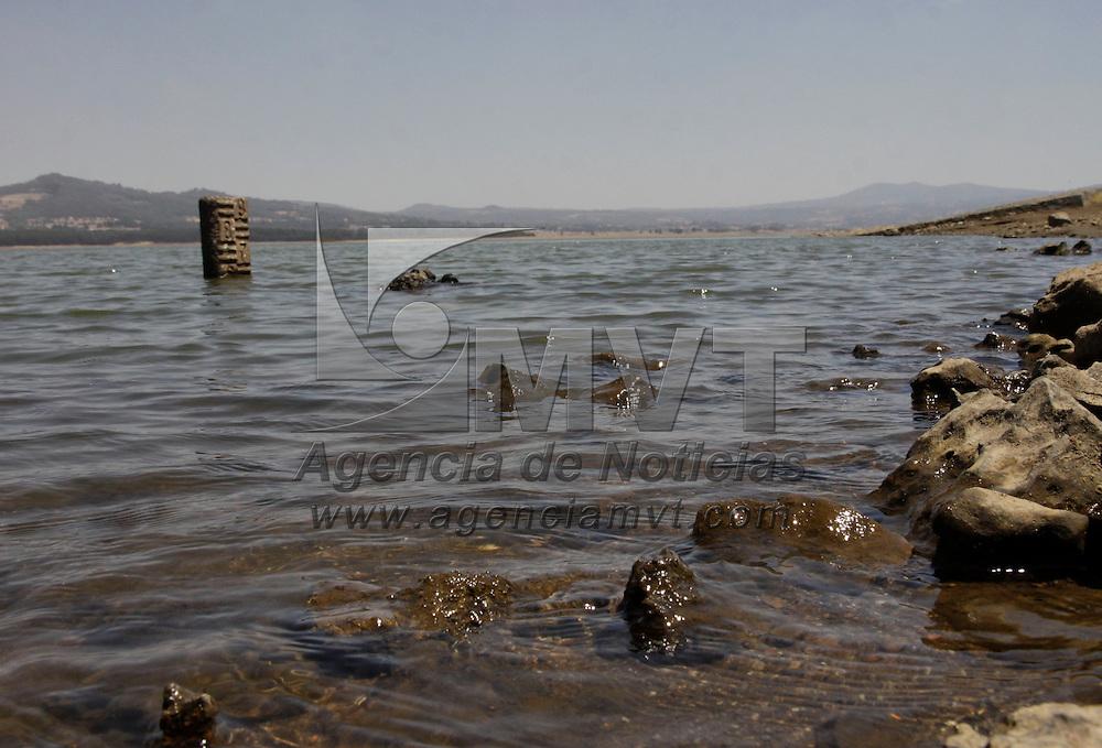 Villa Victoria, México.- La Presa de Villa Victoria se encuentra a un 60 por ciento de su capacidad, siendo una de las principales fuentes de abastecimiento de agua al Sistema Cutzamala; algunos habitantes de la  zona acuden al lugar para pescar, lavar ropa y abastecerse de agua para sus labores diarias.  Agencia MVT / Crisanta Espinosa