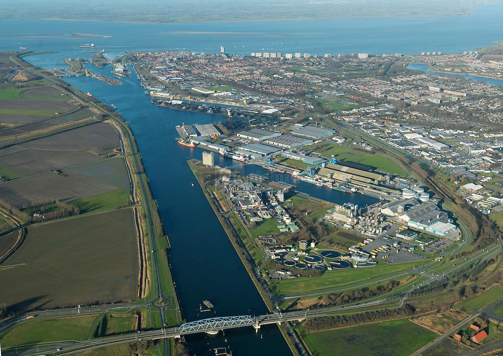 Havengebied Terneuzen met op de voorgrond de brug over het kanaal Gent Terneuzen en het sluizencomplex voor de verbinding met de Westerschelde