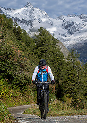 15-09-2017 ITA: BvdGF Tour du Mont Blanc day 6, Courmayeur <br /> We starten met een dalende tendens waarbij veel uitdagende paden worden verreden. Om op het dak van deze Tour te komen, de Grand Col Ferret 2537 m., staat ons een pittige klim (lopend) te wachten. Na een welverdiende afdaling bereiken we het Italiaanse bergstadje Courmayeur. Jaap