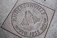 Gatsten p&aring; trottoarerna i Andersonville, Chicago, Illinois, USA<br /> <br /> Klockorna p&aring; gatstenen symboliserar traditionen som de svenska n&auml;ringsidkarna startade f&ouml;r att g&ouml;ra huvudgatan finare: klockan 10 varje dag ringde n&aring;gon i en klocka och d&aring; gick alla ut och gjorde rent utanf&ouml;r sina aff&auml;rer.<br /> <br /> Foto: Christina Sj&ouml;gren