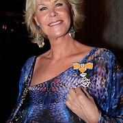 NLD/Amsterdam/20110417 - Koninklijke Onderscheiding voor Sheila de Vries, Sheila de Vries onderschijding Ridder in de Orde van Oranje Nassau