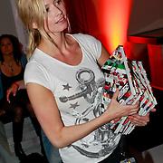 """NLD/Rotterdam/20110422 - Boekpresentatie en Gouden plaat voor Kane """"Singles Only"""" , Lucy, partner van Dinand Woesthoff"""