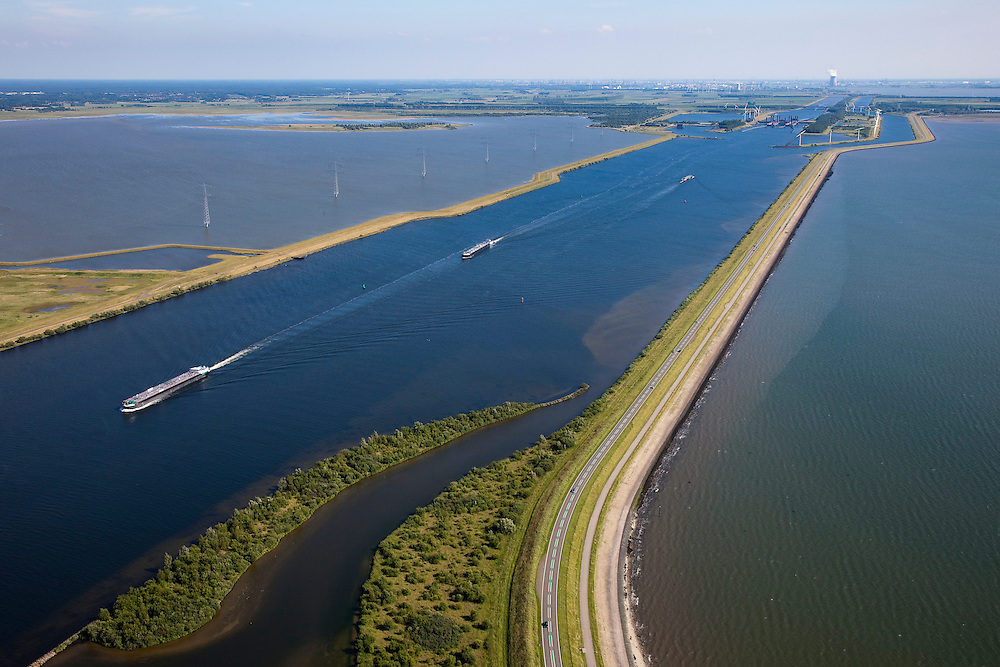 Nederland, Zeeland, Reimerswaal, 12-06-2009; Oesterdam (rechts) en kanaal van de Schelde-Rijnverbinding (verbindt de haven van Rotterdam met die van Antwerpen). Boven in beeld de Kreekraksluizen en aan de verre horizon de koeltoren van de kerncentrale Doel (aan de overzijde van de Westerschelde). Links de Markietzaatskade en het het Markietzaatsmeer. <br /> <br /> aerial photo (additional fee required).<br /> <br /> foto Siebe Swart / photo Siebe Swart