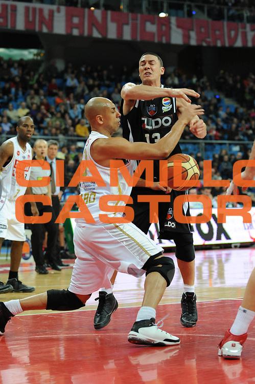DESCRIZIONE : Pesaro Lega A1 2008-09 Scavolini Spar Pesaro Eldo Caserta<br /> GIOCATORE : Fabio Di Bella Carlton Myers<br /> SQUADRA : Eldo Caserta <br /> EVENTO : Campionato Lega A1 2008-2009 <br /> GARA : Scavolini Spar Pesaro Eldo Caserta<br /> DATA : 01/03/2009 <br /> CATEGORIA : penetrazione<br /> SPORT : Pallacanestro <br /> AUTORE : Agenzia Ciamillo-Castoria/M.Marchi