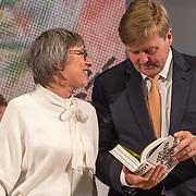 NLD/Amsterdam/20181003 - Koning opent tentoonstelling 1001 vrouwen in de 20ste eeuw, Koning Willem Alexander neemt het boek in ontvangst van Els Kloek, de initiator en samenstelster boek 1001 vrouwen in de 20ste eeuw
