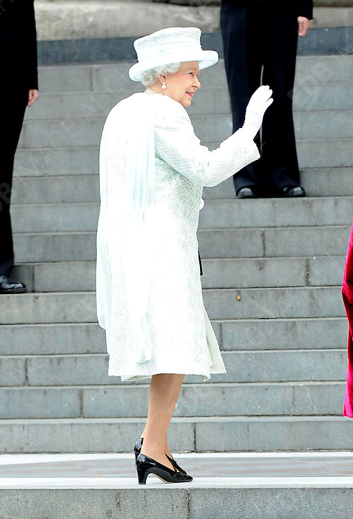 05.JUNE.2012. LONDON<br /> <br /> THE QUEEN ATTENDS THE SERVICE OF THANKSGIVING AS PART OF THE QUEEN'S DIAMOND JUBILEE CELEBRATIONS AT ST PAUL'S CATHEDRAL IN LONDON<br /> <br /> BYLINE: EDBIMAGEARCHIVE.CO.UK<br /> <br /> *THIS IMAGE IS STRICTLY FOR UK NEWSPAPERS AND MAGAZINES ONLY*<br /> *FOR WORLD WIDE SALES AND WEB USE PLEASE CONTACT EDBIMAGEARCHIVE - 0208 954 5968*