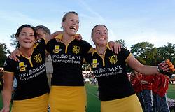 08-06-2005 HOCKEY: FINALE PLAYOFFS: AMSTERDAM-DEN BOSCH: AMSTERDAM<br /> De dames van Den Bosch hebben voor de achtste keer op rij de landstitel in de wacht gesleept. Na de 4-1 zege van zondag won Den Bosch in Amsterdam met 3-2. / Tineke Maassen, Lijsbeth van Kessel en Maartje Paumen<br /> ©2005-WWW.FOTOHOOGENDOORN.NL