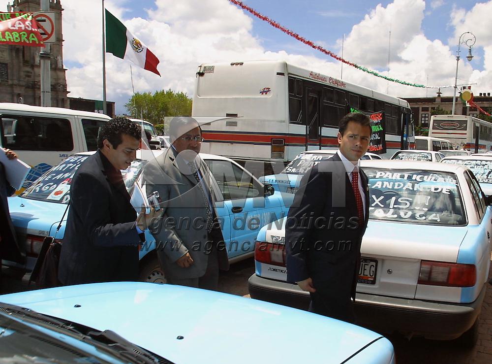 Toluca, M&eacute;x.- Enrique Pe&ntilde;a Nieto coordinador de la fraccion del PRI a su salida de la sesion del congreso local donde rindieron protesta los nuevos legisladores para la integracion de la nueva legislatura en el estado de Mexico. Agencia MVT / Mario Vazquez de la Torre. (DIGITAL)<br /> <br /> NO ARCHIVAR - NO ARCHIVE