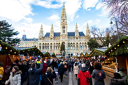 31.12.2017, Innenstadt, Wien, AUT, Wiener Silvesterpfad 2017, im Bild der Rathausplatz // during the 2017 Vienna Sylvester Path at the downtown area of Vienna, Austria on 2017/12/31. EXPA Pictures © 2017, PhotoCredit: EXPA/ Sebastian Pucher