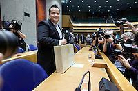 Nederland. Den Haag, 20 september 2011.<br /> Minister van Financien Jan Kees de Jager in de Tweede Kamer met het Koffertje, rijksbegroting, miljoenennota, traditie, traditioneel, bezuinigen, bezuinigingen, rijksfinancien, schuldencrisis<br /> Prinsjesdag. Derde dinsdag van september, derde dinsdag in september, miljoenennota, monarchie, politiek, kabinet Rutte, <br /> Foto Martijn Beekman