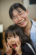 Mamma Yuki Segawa och sonen Taiki. <br /> <br /> Familjen besöker Hinan Mama Net, är en stödgrupp för mammor som har evakuerat från Fukushima prefekturen till Tokyo. Gruppen startades av Rika Mashiko.