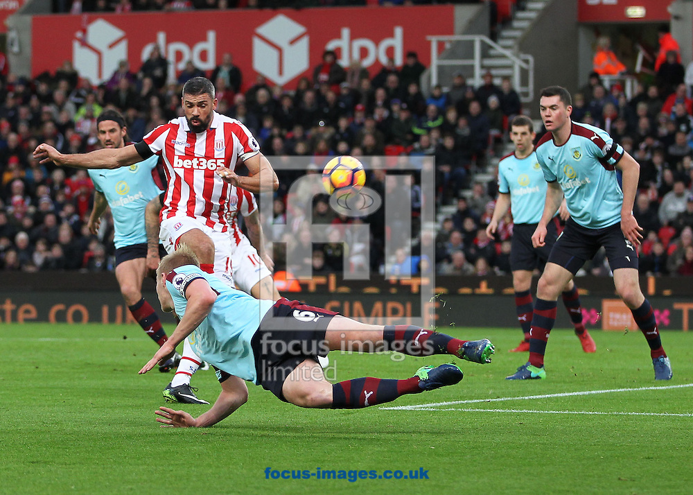 Jonathan Walters of Stoke City scores the first goal against Burnley during the Premier League match at the Bet 365 Stadium, Stoke-on-Trent.<br /> Picture by Michael Sedgwick/Focus Images Ltd +44 7900 363072<br /> 03/12/2016