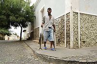 09 JAN 2006, SAO FELIPE/FOGO/CAPE VERDE:<br /> Mann bringt Fische zum Verkauf zum Markt , Sao Felipe, Insel Fogo, Kapverdischen Inseln<br /> Man with fresh fish in the streets of Sao Felipe,  island Fogo, Cape verde islands<br /> IMAGE: 20060110-01-001<br /> KEYWORDS: Travel, Reise, Natur, nature, Meer, sea, seaside, Küste, Kueste, coast, cabo verde, Dritte Welt, Third World, Kapverden, Markt