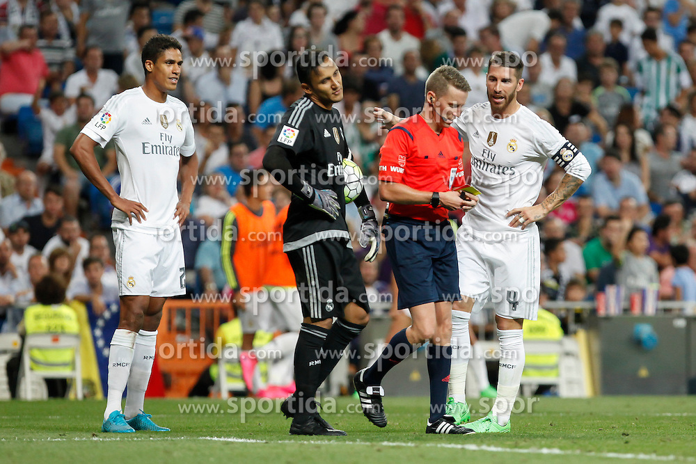 29.08.2015, Estadio Santiago Bernabeu, Madrid, ESP, Primera Division, Real Madrid vs Real Betis, 2. Runde, im Bild Real Madrid&acute;s Sergio Ramos, Keylor Navas and Raphael Varane argue with the referee // during the Spanish Primera Division 2nd round match between Real Madrid and Real Betis at the Estadio Santiago Bernabeu in Madrid, Spain on 2015/08/29. EXPA Pictures &copy; 2015, PhotoCredit: EXPA/ Alterphotos/ Victor Blanco<br /> <br /> *****ATTENTION - OUT of ESP, SUI*****